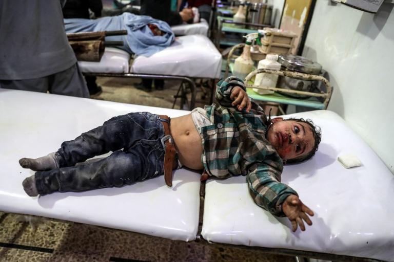 Συρία – Εικόνες σοκ από νέους βομβαρδισμούς! Παιδιά μέσα στα αίματα και τα χώματα | Newsit.gr