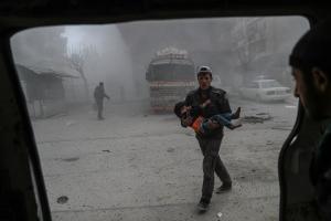 «Κόλαση επί γης» στη Συρία: Υποψίες για επιθέσεις με αέριο χλωρίνης – Αγνοούν την κατάπαυση πυρός