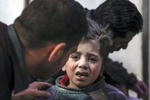 Συρία: 100 άμαχοι νεκροί από τους βομβαρδισμούς του Άσαντ – Σοκαριστικές εικόνες