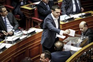 Βουλή – Novartis: Μια φωτογραφία, χίλιες λέξεις με Τσίπρα – Μητσοτάκη
