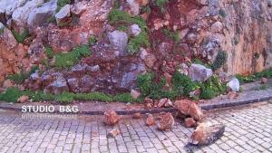 Κατολίσθηση λόγω βροχής και στο Ναύπλιο – Αποκολλήθηκαν μεγάλοι βράχοι [pics, vid]