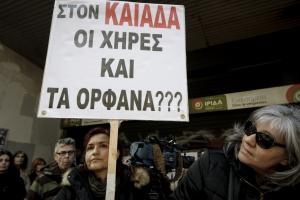 Συγκινητική διαμαρτυρία από χήρες στο υπουργείο Εργασίας [pics]