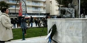 Αλεξανδρούπολη: Η παρέλαση και η Λυδία Κονιόρδου με φόντο το κόκκινο γλυπτό που προκαλεί αντιδράσεις [pic]
