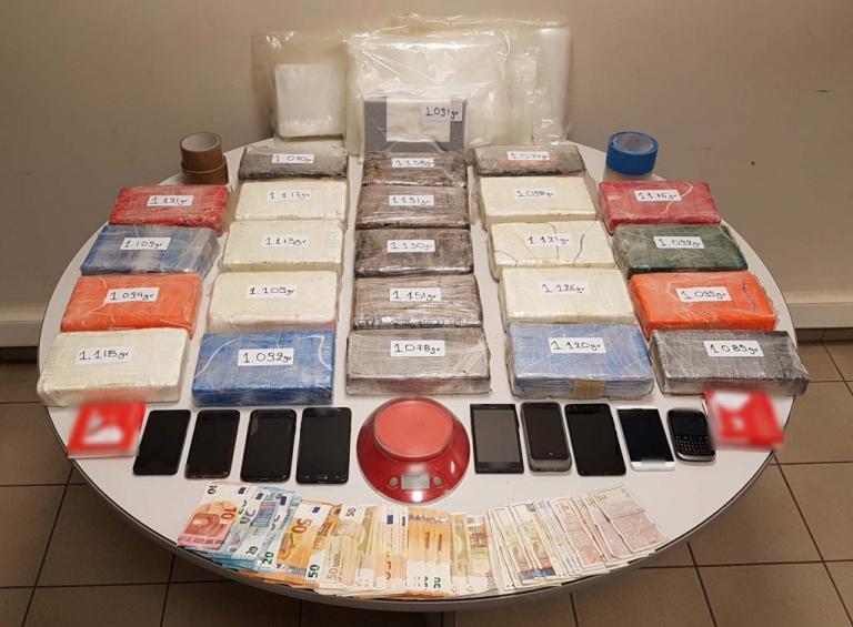 Πρέβεζα: Πολυεθνική σπείρα διακίνησης κοκαϊνης – Βρέθηκαν 26 κιλά σε αποθήκη εταιρείας [pic]   Newsit.gr