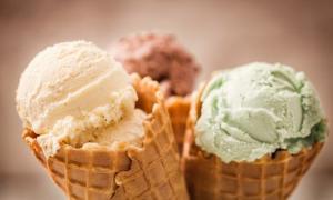 Παγωτό: Πόσες θερμίδες έχει η μία μπάλα (ακόμα και light…)