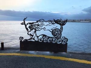 Ηράκλειο: Μια γοργόνα στη στεριά – Το γλυπτό που μαγνητίζει τα βλέμματα στο λιμάνι [pic]