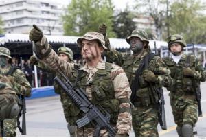 Θεσσαλονίκη: Καταδρομείς φωνάζουν συνθήματα και σείεται η γη – Μήνυμα στην παρέλαση από τους επίλεκτους των επιλέκτων [vids]