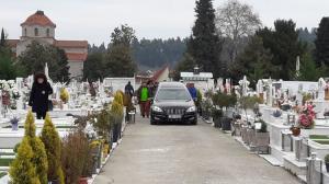 Τρίκαλα: Θρήνος στην κηδεία του δύο ετών παιδιού που πέθανε ξαφνικά