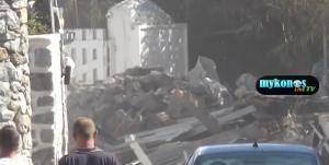 Μύκονος: Γκρέμισαν αυθαίρετα μαγαζιά στην Ψαρρού – Πρωτοφανείς εικόνες στο νησί των ανέμων [vid]