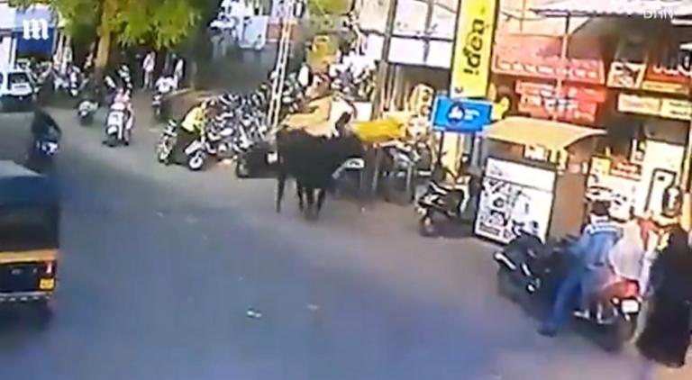 Απίστευτο! Περπατούσε αμέριμνη και την πέταξε μαινόμενος ταύρος στον αέρα [vid] | Newsit.gr