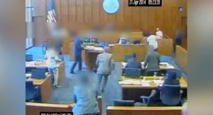 Σοκαριστικό βίντεο! Κρατούμενος επιτίθεται σε μάρτυρα και τον εκτελούν εν ψυχρώ