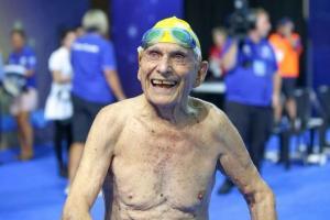 Αυτός είναι ο 99χρονος κολυμβητής που κατέρριψε παγκόσμιο ρεκόρ