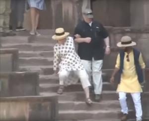 Χίλαρι Κλίντον η ατσούμπαλη! Και διάστρεμμα στο χέρι μετά τη διπλή τούμπα στην Ινδία