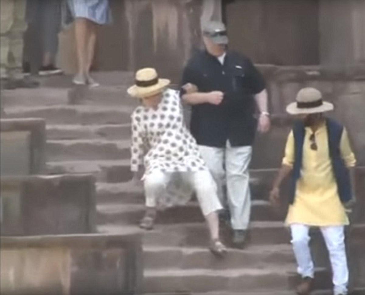 Χίλαρι Κλίντον η ατσούμπαλη! Και διάστρεμμα στο χέρι μετά τη διπλή τούμπα στην Ινδία | Newsit.gr