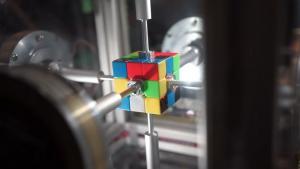 Ρομπότ έλυσε τον κύβο του Ρούμπικ σε 0,38 δευτερόλεπτα και κατέρριψε παγκόσμιο ρεκόρ [vid]