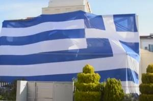 Αργολίδα: Έντυσε όλο το σπίτι με μια τεράστια ελληνική σημαία για την 25η Μαρτίου [pic, vid]