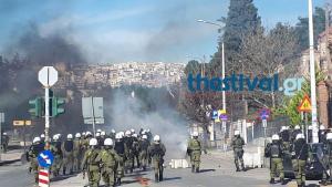 Σοβαρά επεισόδια στη Θεσσαλονίκη μεταξύ αντιεξουσιαστών και ΜΑΤ [vid]