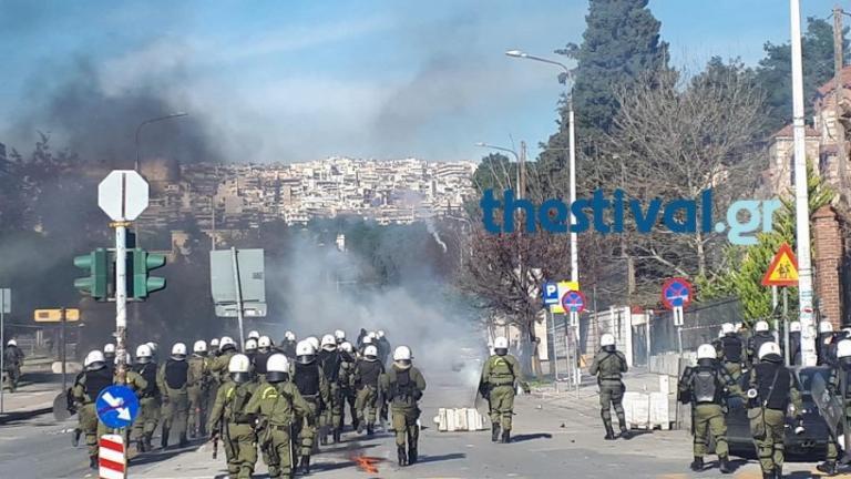Σοβαρά επεισόδια ΤΩΡΑ στη Θεσσαλονίκη μεταξύ αντιεξουσιαστών και ΜΑΤ [vid] | Newsit.gr