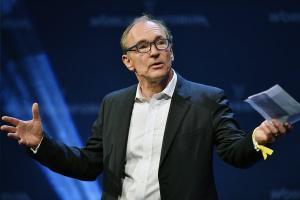 Ο εφευρέτης του διαδικτύου σε Ζάκερμπεργκ: Μπορείς να το φτιάξεις