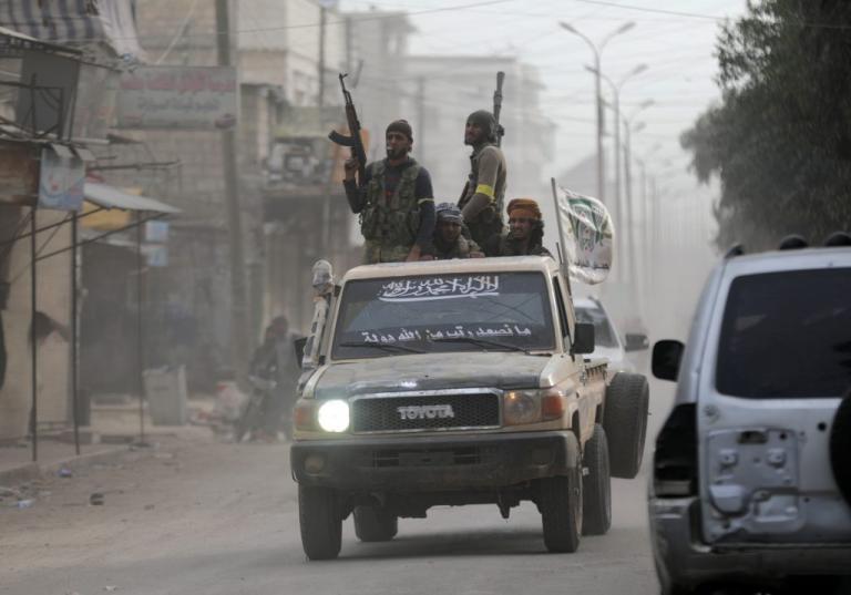 Νέες εικόνες ντροπής: Καίνε, λεηλατούν και προκαλούν τρόμο οι Τούρκοι στο Αφρίν | Newsit.gr