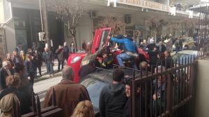 Αγρίνιο: Πανικός μετά από ανατροπή αυτοκινήτου – Περαστικοί απεγκλώβισαν τις δύο γυναίκες [pics]
