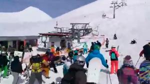 """Οκτώ τραυματίες από «τρελό» αναβατόριο σε χιονοδρομική πίστα στη Γεωργία – Η στιγμή που """"εκτοξεύει"""" επιβάτες! [vids]"""