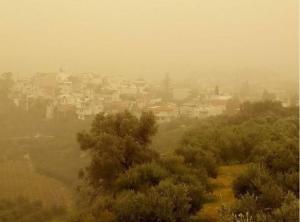 Μανιασμένος αέρας και αφρικανική σκόνη «μαστιγώνουν» τη χώρα!