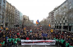 Τη Δευτέρα ενώπιον του δικαστή ο Πουτζδεμόν – Χιλιάδες διαδηλωτές στους δρόμους της Βαρκελώνης κατά της σύλληψης του