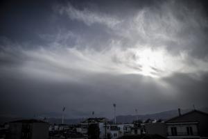 Καιρός: Συννεφιά και σποραδικές βροχές το Σάββατο – Σκόνη… ξανά!