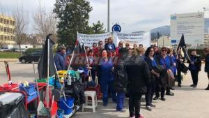 Πάτρα: Διαμαρτυρία με σκούπες και κουβάδες [vid]