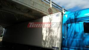 Φορτηγό «κόλλησε» κάτω από γέφυρα στην Πάτρα [pics]