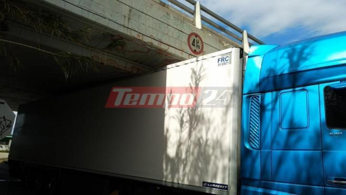 Φορτηγό «κόλλησε» κάτω από γέφυρα στην Πάτρα [pics] | Newsit.gr