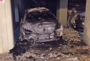 Θεσσαλονίκη: Φωτιά σε αυτοκίνητο συμβολαιογράφου – Οι εικόνες της εμπρηστικής επίθεσης σε πυλωτή πολυκατοικίας [pics]