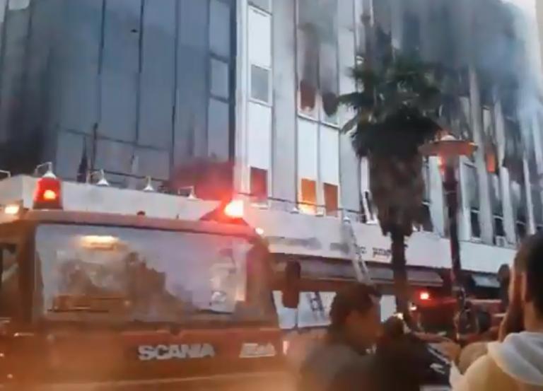 Λάρισα: Φωτιά στην εφορία στο κέντρο της πόλης! [vids, pics] | Newsit.gr