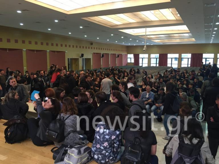 Συγκέντρωση εκπαιδευτικών και φοιτητών στο υπουργείο Παιδείας