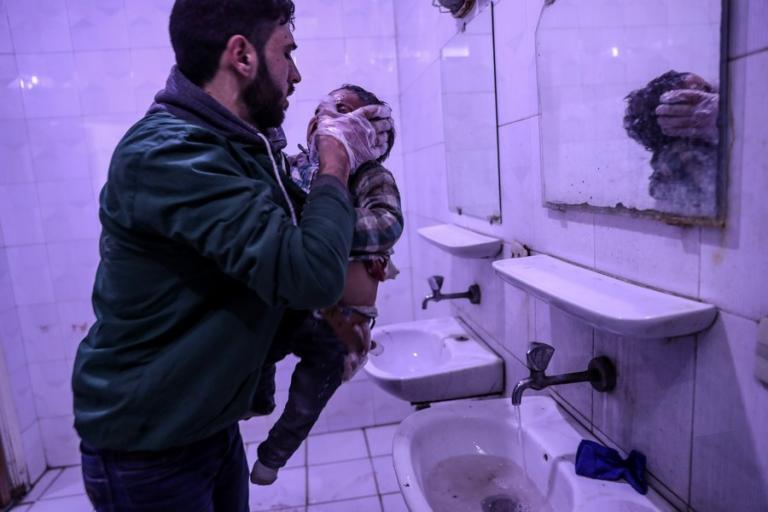 Συρία: «Πνίγονται» οι άμαχοι στη Γούτα – Δεκάδες κρούσματα ασφυξίας μετά από αεροπορικές επιδρομές