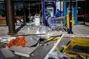 Εικόνες καταστροφής από την έκρηξη σε ΑΤΜ στη Γλυφάδα [pics]