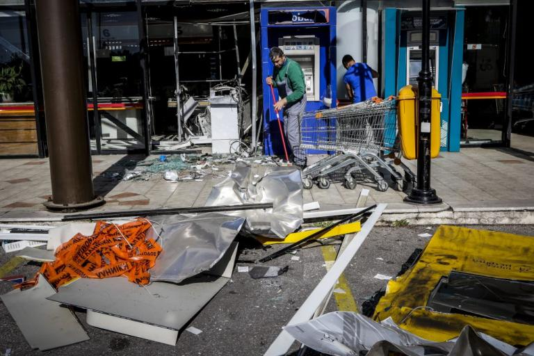 Εικόνες καταστροφής από την έκρηξη σε ΑΤΜ στη Γλυφάδα [pics] | Newsit.gr