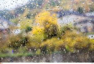 Καιρός: Ομοίως… τρελός και την Πέμπτη! Αλλού βροχές, αλλού άνοιξη!