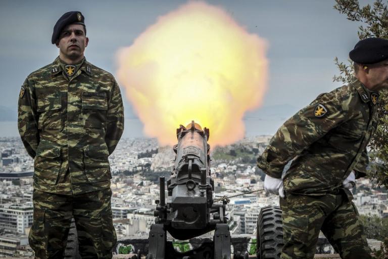 25η Μαρτίου: Εντυπωσιακές φωτογραφίες από τους κανιοβολισμούς στον Λυκαβηττό | Newsit.gr