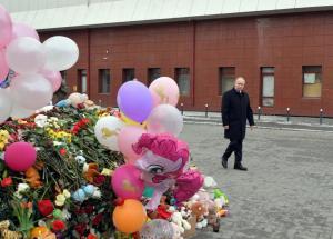 Ρωσία: Ο Πούτιν στον τόπο της τραγωδίας – Άγνωστα ακόμα τα αίτια της φωτιάς στο εμπορικό