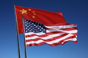 Η Κίνα δέχεται να συνεχίσει τις εμπορικές συνομιλίες με τις ΗΠΑ
