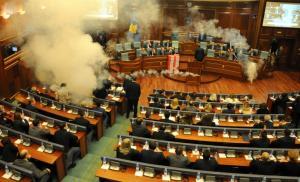 Γήπεδο η Βουλή του Κοσόβου! Έριξαν δακρυγόνα!