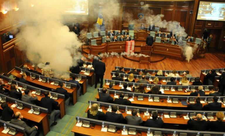Γήπεδο η Βουλή του Κοσόβου! Έριξαν δακρυγόνα! | Newsit.gr
