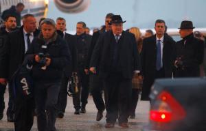 Θερμή υποδοχή Κοτζιά στο αεροδρόμιο των Σκοπίων και… διαδήλωση κατά της επίσκεψης του