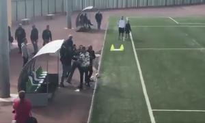 Απίστευτο σκηνικό! Πατέρας έριξε «μπουκέτο» σε προπονητή γιατί έκανε αλλαγή τον γιο του [vid]