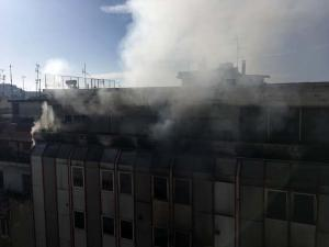 Κόλαση στη Λάρισα: Νέες εικόνες από τη φλεγόμενη εφορία – «Η φωτιά ξεκίνησε από μέσα» [pics, vids]