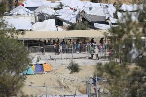 Λέσβος: Σοβαρά επεισόδια στη Μόρια – Φωτιά και κρότου λάμψης