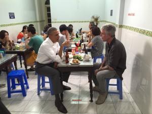 Έκαναν… μουσείο το τραπέζι που έφαγε ο Ομπάμα στο Βιετνάμ! [pics]