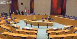 Απόπειρα αυτοκτονίας μέσα στο ολλανδικό κοινοβούλιο! Σοκαριστικό βίντεο